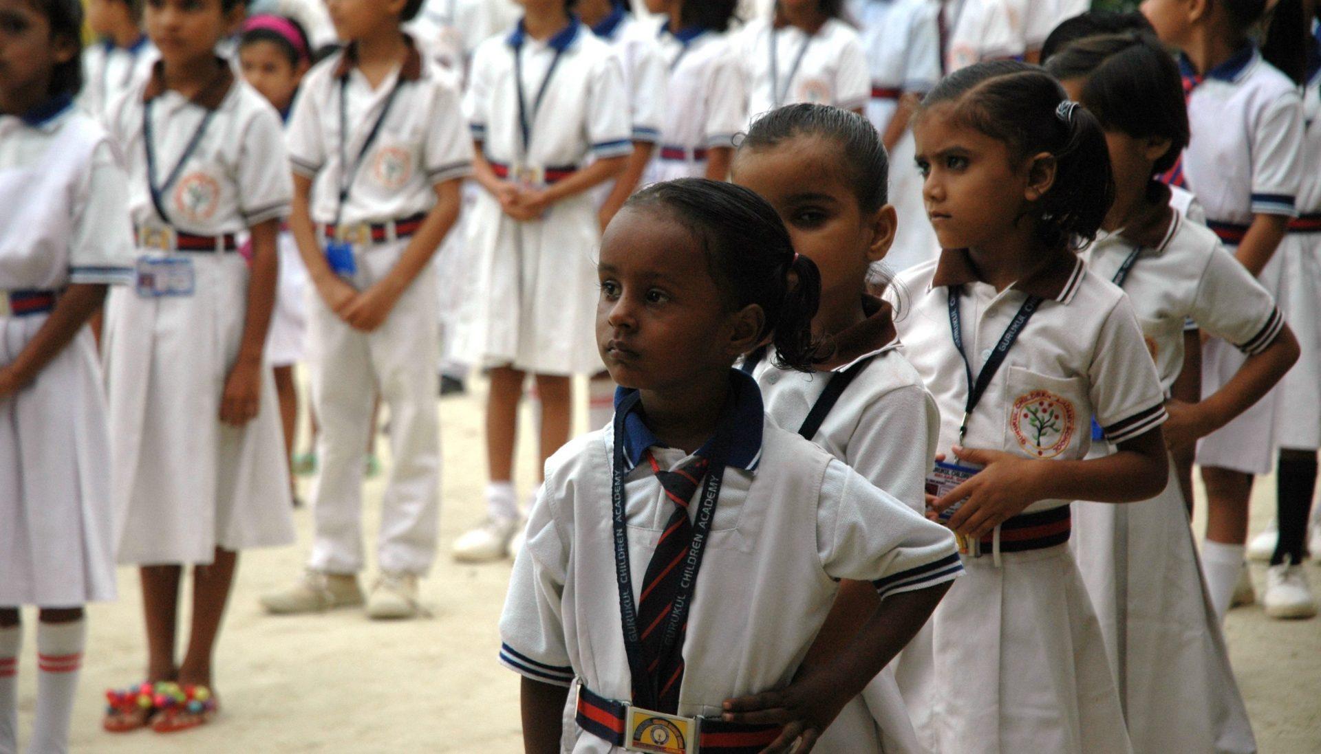Meisjes op de Gurukul Kinder school staan s'ochtends in de rij.