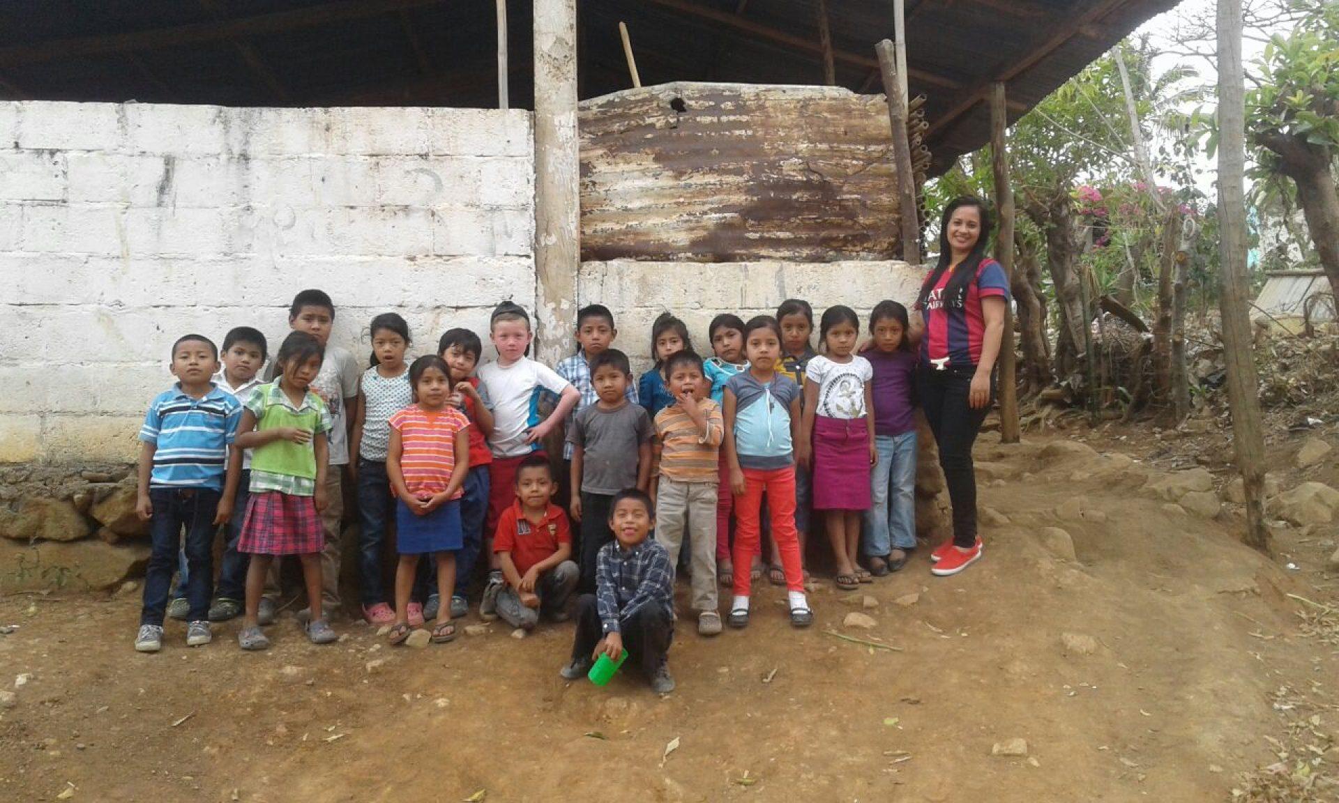 Een klasje kinderen poseert in Guatemala.