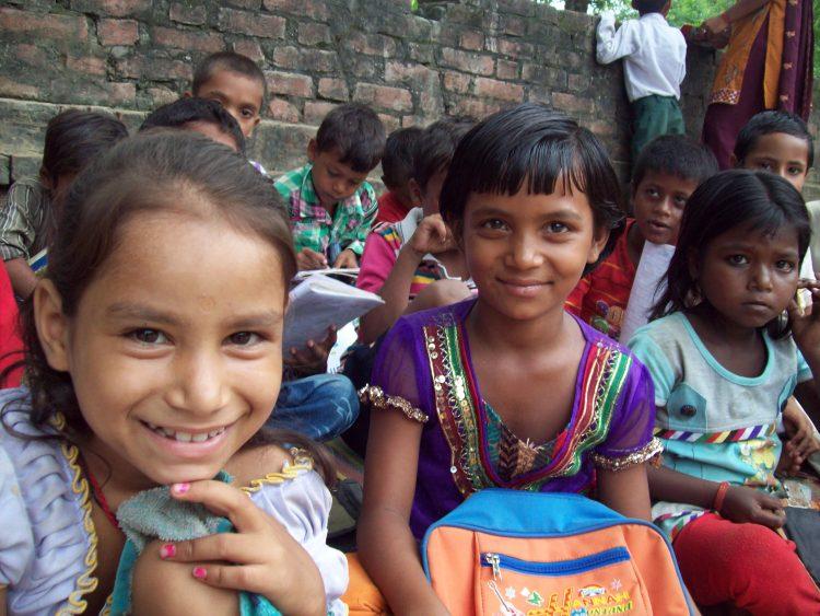 Twee leerlingen van de school in Belsar, India.