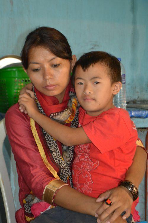 Een vrouw met haar verstandelijk beperkte zoontje in India.
