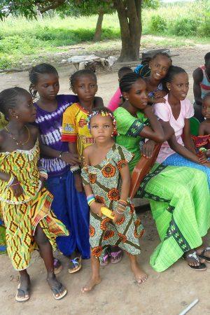 Een groep meisjes en kinderen in Gambia.