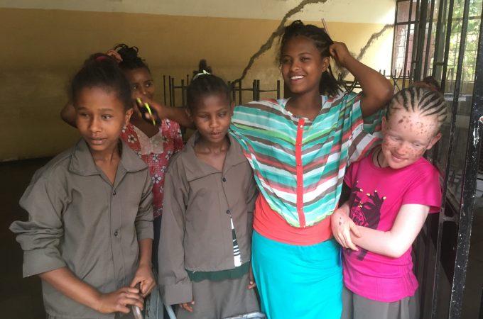 Vier blinde meiden in Ethopie.