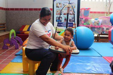 Een jongetje met een beperking krijg fysiotherapie in Colombia.