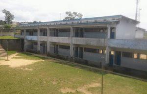 Het lege schoolgebouw in Kinshasa