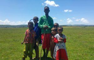 Een groep kinderen poseert op een veld in Ethiopië