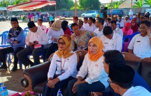 Een groep mensen luistert naar een presentatie in Lombok.