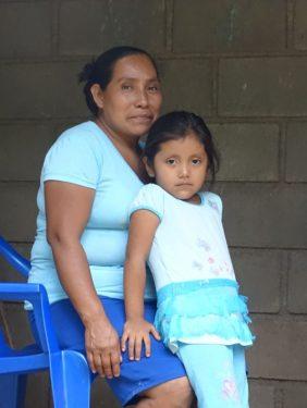 Isabel Gómez Sánchez met haar kleindochter