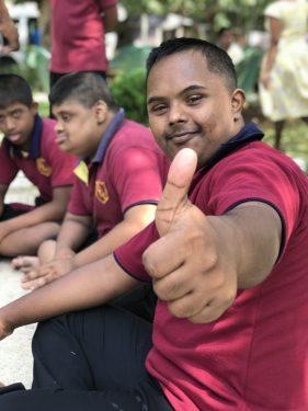Een jongen met een beperking in Sri Lanka.