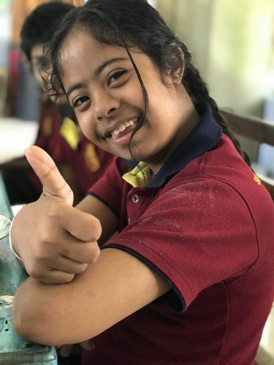 Een meisje met een beperking in Sri Lanka.