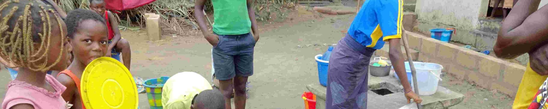 Kinderen staan rond emmers water in Congo.