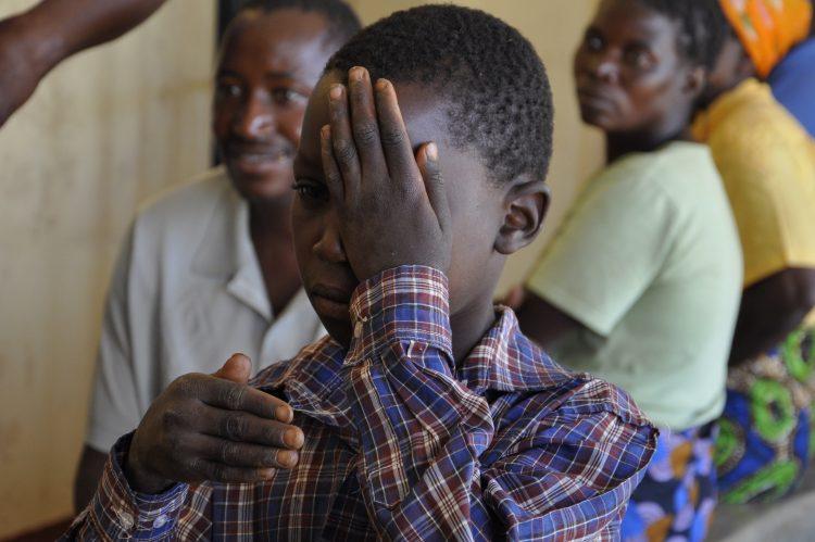 Een jongetje doet een oogtest in Zambia