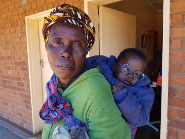 Een vrouw met kind met bril.