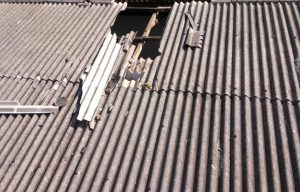 Een gat in het dak van een school in India