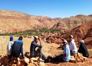6 mannen rusten uit na zware arbeid in het Atlasgebergte, Marokko.