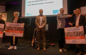 Drie prijswinners van de innovatiewedstrijd krijgen hun prijzen uitgereikt door Kees de Jong.