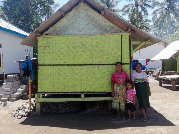 Anni poseert met haar moeder en dochter voor haar huisje in Lombok.