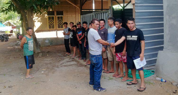 Afgestudeerden staan in een rij voor ontvangst van hun diploma.