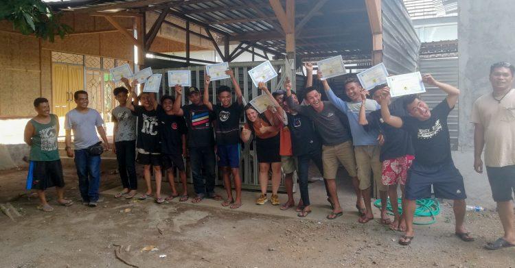 Jongeren vieren hun diplomauitreiking.