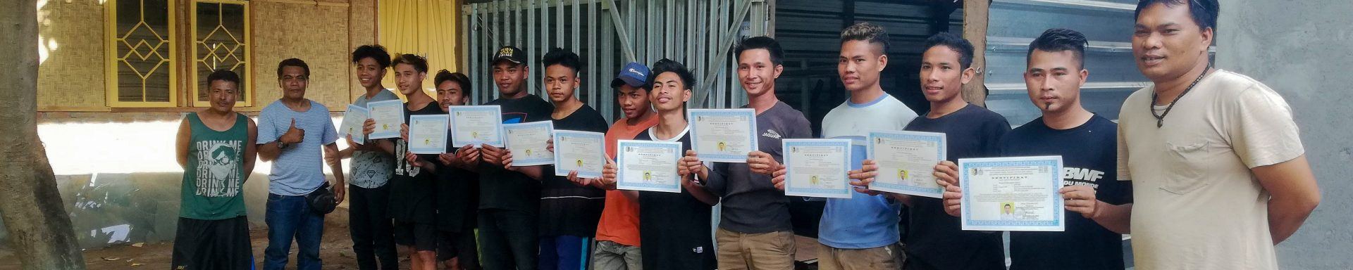 Pas afgestudeerde studenten metaalbewerking ontvangen hun diploma in Lombok.