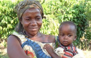 Een moeder met haar kind in de armen in Oeganda.