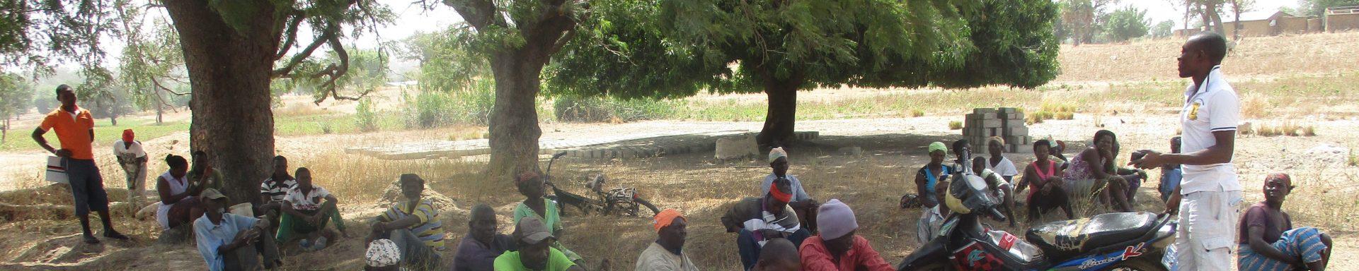 Vrouwen rusten uit in de schaduw na hard werk in Ghana.