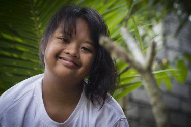 Een meisje met een beperking in Bali.