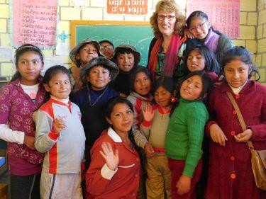 Een klas met kinderen in Bolivia.
