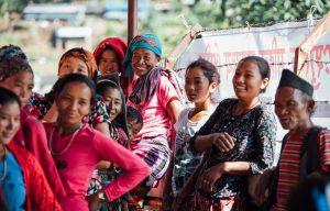 Vrouwen staan in de rij voor een vrouwenkliniek in Nepal.