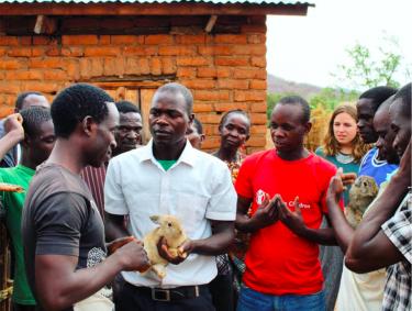 Dorpsbewoners in Malawi krijgen uitleg over dieren.